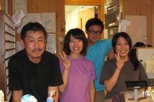 写真左から坂本さん(店長)と山田さん、一宮さん(社員)、竹ノ谷さん