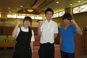 ホテル季の座のインターン生、嵯峨崎さん(左)&瀧本くん(右)と、スタッフの南田さん